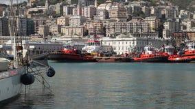 Yachts et tractions subites au port antique banque de vidéos