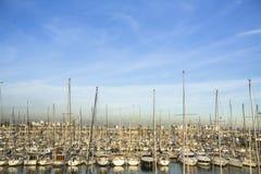 Yachts modernes au port maritime à Barcelone, Espagne Photographie stock libre de droits