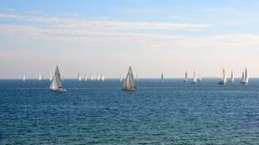 Yachts naviguant sur la baie Photos libres de droits