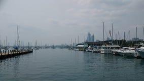 Yachts près de façade d'une rivière de Chicago Photos libres de droits