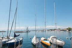 Yachts privés accouplés dans le port de Lausanne Ouchy, Suisse sur le lac Leman, lac geneva images libres de droits