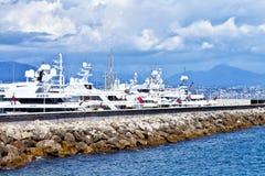 Yachts superbes accouplés dans un port Image stock