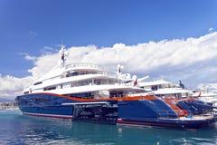 Yachts superbes bleus dans une marina Image stock