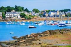 Yachts sur Cote de Granit Rose, l'Océan Atlantique, la Bretagne, France Photo stock