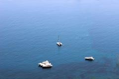 Yachts sur l'eau claire Photographie stock