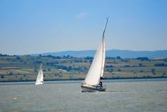 Yachts sur le lac Images stock