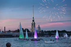 Yachts sur le Neva devant Peter et Paul Fortress, petit morceau Image libre de droits