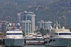 Yachts sur le pilier de Budva - un des modes de les plus populaires de t Photo stock
