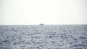 Yachtsegeln auf ge?ffnetem Meer Segelboot auf dunkelblauem Hintergrund Yacht vom Brummen Segelsportvideo Yacht von oben Segelboot stock video
