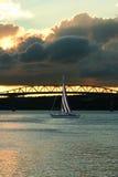 Yachtsegeln durch eine Brücke Stockbilder
