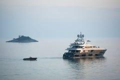 Yachtsegeln im adriatischen Meer bei Sonnenuntergang Stockfotografie