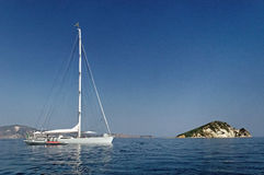 Yachtsegeln im blauen Meer lizenzfreies stockfoto