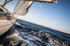 Yachtsegeln im blauen Meer Stockfotos