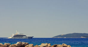 Yachtsegeln im Meer Lizenzfreies Stockfoto