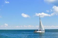 Yachtsegeln im Meer Stockbild