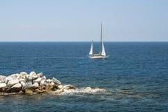 Yacht im Mittelmeer Stockfotografie