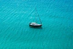 Yachtsegeln im offenen transparenten blauen Meer stockfotos