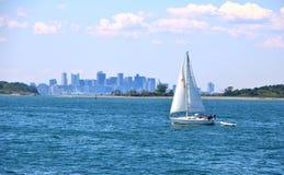 Yachtsegeln im Ozean Stockfotos