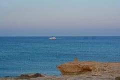 Yachtsegeln nahe der Lagune Lizenzfreie Stockfotos