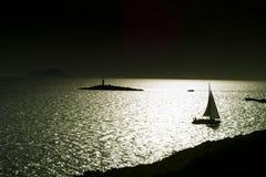 Yachtsegeln zwischen Inseln im Sonnenuntergang Stockfotografie