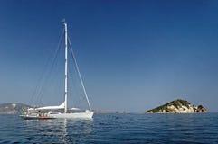 Yachtsegling i blåtthavet royaltyfri foto