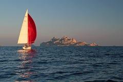 Yachtsegling i Calanquesen Arkivfoton
