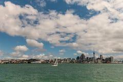 Yachtsegling i den Auckland hamnen Royaltyfria Bilder