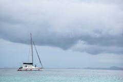 Yachtsegling i det stormiga havet Arkivbild