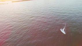 Yachtsegling i en fjärd på en ljus solig afton, skott på ett surr lager videofilmer