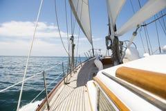 Yachtsegling i havet royaltyfri foto