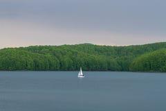 Yachtsegling i stillhet, blått vatten Arkivbilder