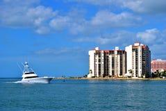 Yachtsegling längs sandtangentkust i Florida arkivfoto
