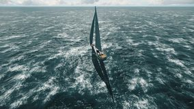 Yachtsegling på det öppnade havet Seglingseglingvideo ovanför yachten arkivfilmer