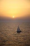 Yachtsegling på solnedgången Royaltyfria Bilder