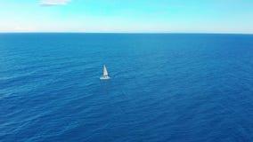 Yachtsegling p? det ?ppnade havet som bakgrund ?r bl?, kan fartygfartyg klubba m?rka etc Yacht som ses från surret Segla flyg- 4k stock video
