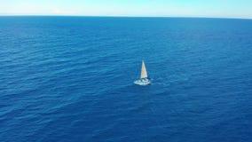 Yachtsegling p? det ?ppnade havet som bakgrund ?r bl?, kan fartygfartyg klubba m?rka etc Yacht som ses från surret Segla flyg- 4k lager videofilmer