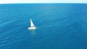 Yachtsegling p? det ?ppnade havet som bakgrund ?r bl?, kan fartygfartyg klubba m?rka etc Yacht som ses från surret Segla flyg- 4k arkivfilmer