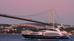 Yachtsegling under bron lager videofilmer