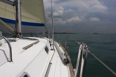 Yachtskrov och mast royaltyfri foto