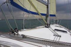 Yachtskrov och mast arkivfoton