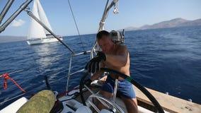 'yachtsman' do capitão durante a raça, em seu barco do yaht da navigação no mar esporte filme
