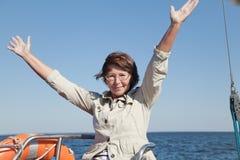 'yachtsman' idoso da mulher em um iate da navigação Imagens de Stock Royalty Free