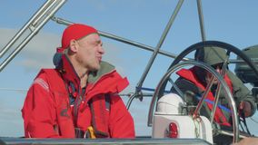 Yachtsmen podczas ranku zegarka w kokpicie jachtu żeglowanie w oceanie zbiory wideo