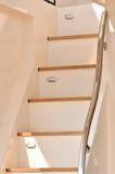 Yachttreppe mit Schiene im Schatten Stockfotografie