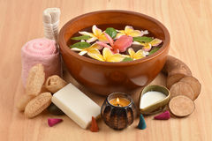 开花温泉木盆,赤素馨花花温泉木盆和温泉皮肤与Yacon根,新鲜的牛奶和肥皂 免版税库存图片