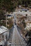 Yacs que cruzan puente colgante Imagen de archivo libre de regalías