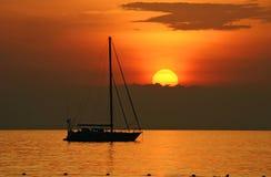 Yacth dans le coucher du soleil à la plage de kata Photo stock