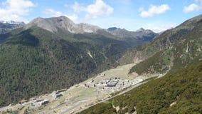 Yading-Dorfverschachtelung unter Bergen Stockbilder