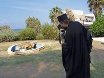 Yaffo, Israel Der orthodoxe Priester fotografiert eine abstrakte Skulptur stockfoto