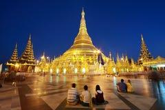 Yagon, Myanmar - 13 de febrero de 2011: Los turistas se están sentando en grou Fotografía de archivo